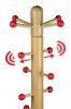 Spitze von Massivholz Kindergarderobenständer mit verschiebbaren Aufhängern und rot lackierten Kugeln